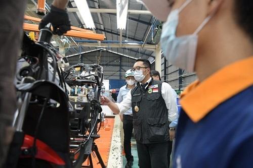 Kang Emil Terpukau Lihat Pabrik Motor Listrik