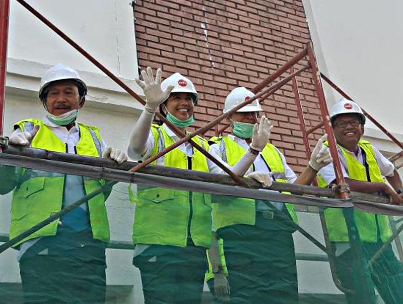 Peringati HUT ke 20, Kementerian BUMN Gelar Aksi Bersih dan Kerja Bersama Mengecat Gedung Kantor