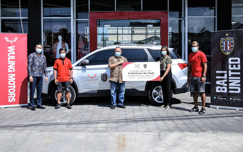 Sambut Kenormalan Baru, Kolaborasi Wuling dan Bali United, Donasikan 36.000 Masker Non Medis