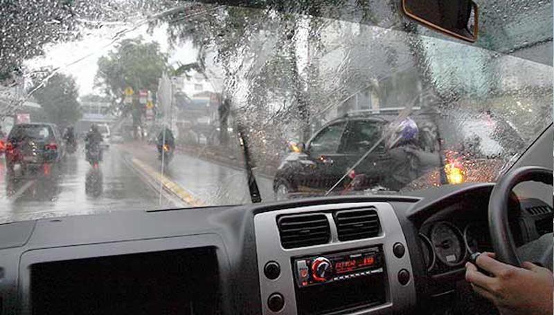Yuk Simak Mengemudi Mobil Saat Hujan Deras