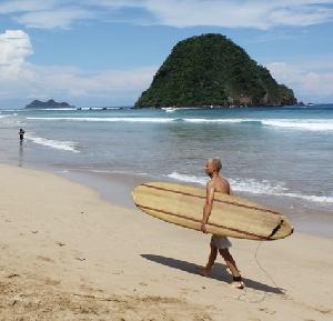 Pesona Pantai  Pulau Merah  yang Merekah